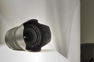 obiettivo zoom della fotocamera nero su panno bianco foto