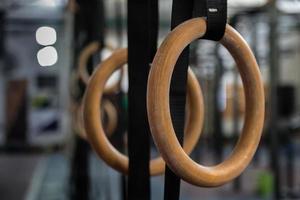 anelli di ginnastica in palestra foto