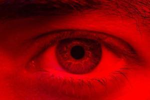 macro sull'occhio dell'uomo che esprime un'espressione seria e inespressiva foto