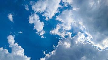belle nuvole e cielo azzurro alla luce del giorno foto