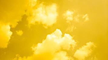 sfondo astratto di nuvoloso giallo foto