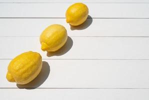 vista dall'alto del limone fresco sul tavolo bianco foto