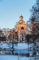 chiesa bianca in una bella luce solare serale arancione e rosa foto