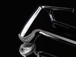 materiale della doccia del bidet del primo piano e tubo a spirale. il concetto di design si basa su uno sfondo a specchio con un tono nero molto brillante e costoso. attrezzatura per la pulizia del culo in bagno foto