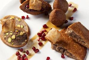 teiera tradizionale araba e piatto quibe orientale foto