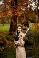 giovane coppia nel parco d'autunno foto