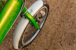 giro in bicicletta attraverso una strada sterrata fangosa foto