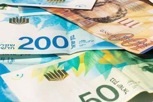 pila di varie banconote in siclo israeliano foto