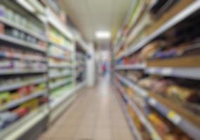 corridoio sfocato del supermercato foto