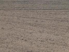 tessitura del terreno arato da un campo di aratro foto