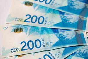 pila di banconote israeliane da 200 shekel - vista dall'alto foto