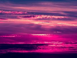 tramonto. cielo e nuvole blu e viola. sfondo naturale di bellezza foto