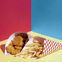 disposizione ad alto angolo con crocchette di pollo fritte foto