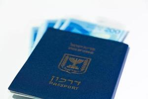 pila di banconote israeliane da 200 sicli e passaporto israeliano foto