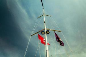 vista ad angolo basso delle vele dello yacht foto