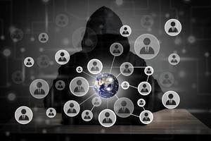 immagine dell'uomo hacker con l'icona della gente e il codice sullo schermo. foto