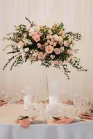 eleganti decorazioni nuziali fatte di fiori naturali foto