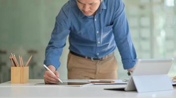 designer indipendenti utilizzano la tavoletta digitale per progettare nuovi progetti. foto
