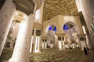 Abu Dhabi, Emirati Arabi Uniti, 4 maggio 2015 - interno della Moschea Sheikh Zayed di Abu Dhabi. moschea è stata progettata da yusef abdelki e inaugurata nel 2007. foto