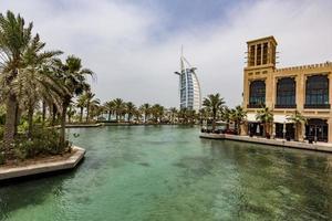 dubai, Emirati Arabi Uniti, 8 maggio 2015 - persone non identificate a madinat jumeirah a dubai. madinat jumeirah comprende due hotel e gruppi di 29 case tradizionali arabe. foto