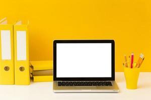 vista frontale della scrivania del computer portatile vuota foto