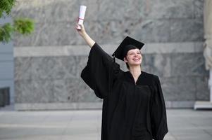 ritratto di donna felice il giorno della laurea sorridente foto