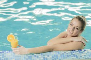 giovane donna in piscina foto