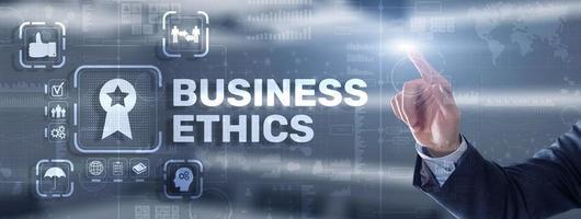 concetto di comportamento e buone maniere di etica aziendale. uomo d'affari premendo il pulsante sullo schermo virtuale virtual foto