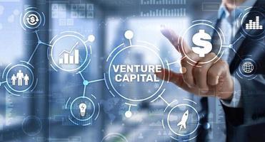 capitale di rischio. capitale dell'investitore. uomo d'affari premendo l'iscrizione sullo schermo virtuale virtual foto