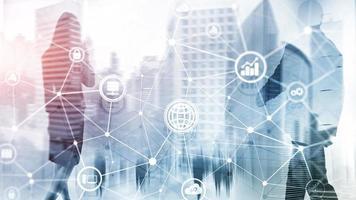 ict - tecnologia dell'informazione e delle telecomunicazioni e iot - concetti di internet delle cose. diagrammi con icone sugli sfondi della sala server. foto