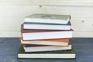 vecchi libri su uno scaffale di legno. nessuna etichetta, foto