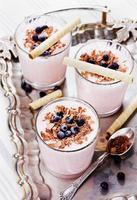 frappè cocktail, yogurt, frullato con mirtilli su un vassoio d'epoca foto