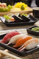la composizione del nigiri sushi foto