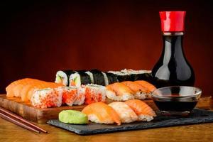 natura morta con piatto misto di sushi