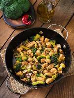 soffriggere il pollo con broccoli e funghi - cibo cinese