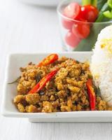 carne di maiale fritta piccante della Tailandia del sud con la pasta di peperoncino rosso foto