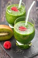 primo piano di due bicchieri di frullati verdi foto