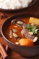 curry tailandese di massaman con manzo e le arachidi a macroistruzione. verticale
