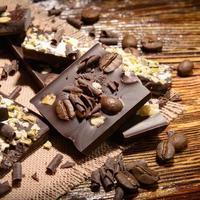 cioccolato su fondo in legno foto
