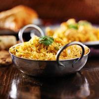 biryana di pollo indiano nel piatto balti foto