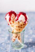 gelato alla ciliegia con biscotti amaretti foto