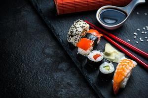 selezione di sushi su ardesia nera foto