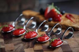 cucchiaio e bacche di zuppa di fragole foto