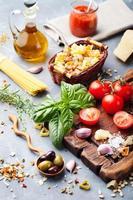 cibo italiano, pomodori, basilico, spaghetti, olive, parmigiano. foto