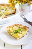 crostata di zucchine, erbe e formaggio foto