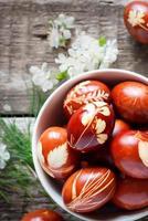 arredamento eco. uova di Pasqua decorate con erba naturale