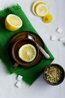 tè di tiglio in tazza marrone foto