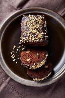 torta di miele speziata polacca con noci e prugne per natale foto