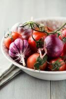 ciotola di pomodori, aglio e cipolla foto