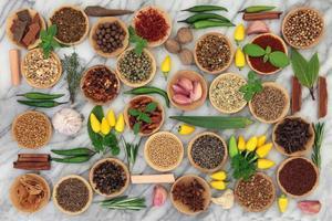 spezie ed erbe aromatiche al peperoncino foto